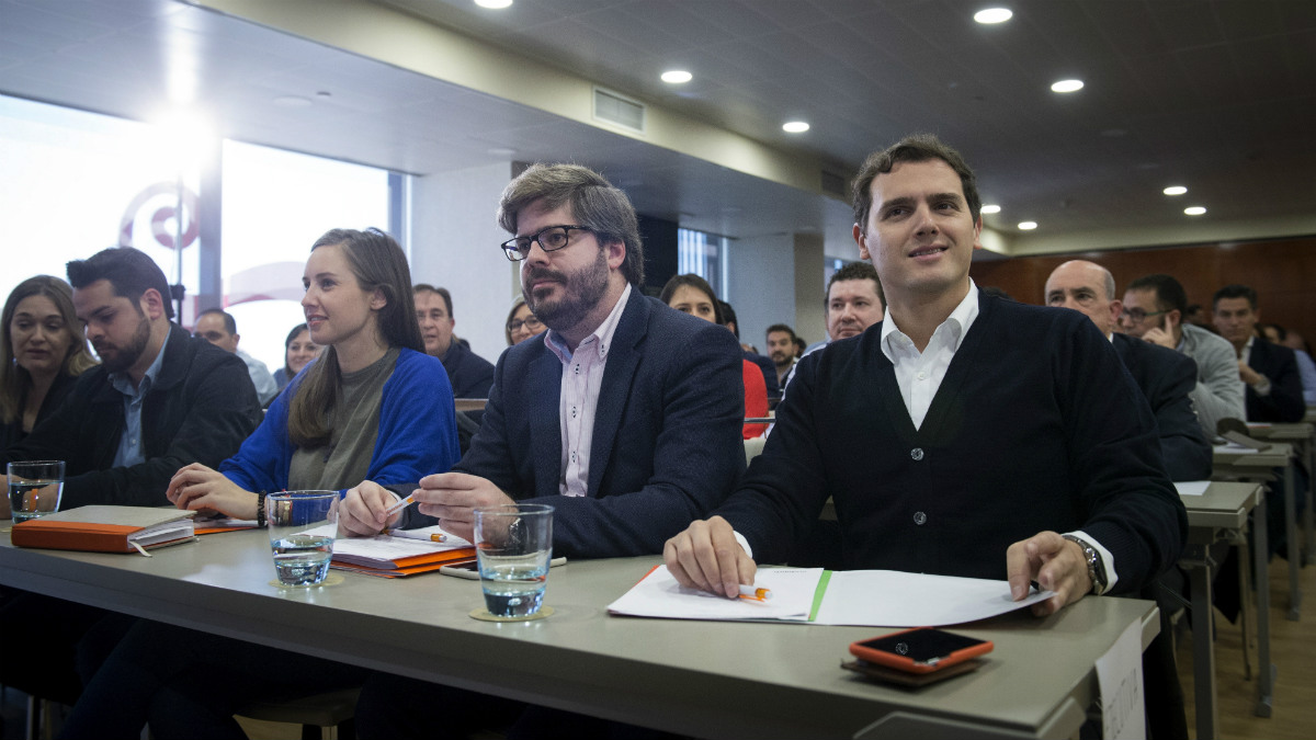 El presidente de Ciudadanos, Albert Rivera (d), durante la primera reunión del nuevo Consejo General de Ciudadanos que salió de la Asamblea de febrero (Foto:EFE)