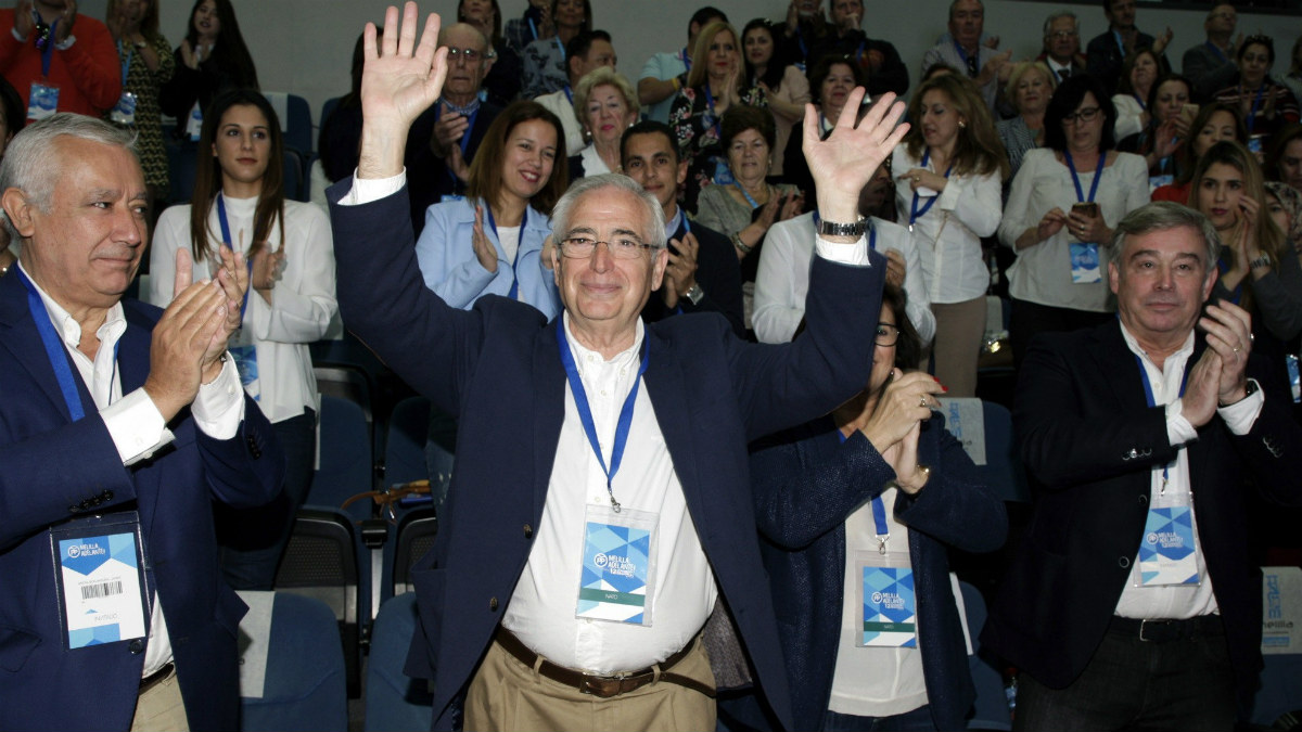 El presidente del PP de Melilla, Juan José Imbroda (c), junto al vicesecretario para Asuntos Territoriales, Javier Arenas (i) entre otros asistentes, tras haber sido reelegido para un nuevo mandato al frente del partido, en el XII Congreso de los populares melillenses.(Foto: EFE)