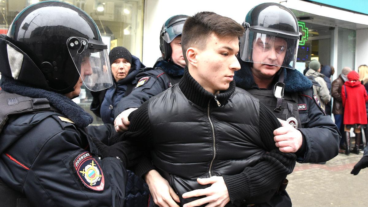 La policía detiene a un joven durante la protesta (Foto: AFP).