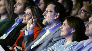 El presidente del Gobierno y del PP, Mariano Rajoy, y la presidenta del PP de la Comunitat Valenciana, Isabel Bonig, al inicio del acto de clausura del XIV congreso del PP-CV. (Foto:EFE)