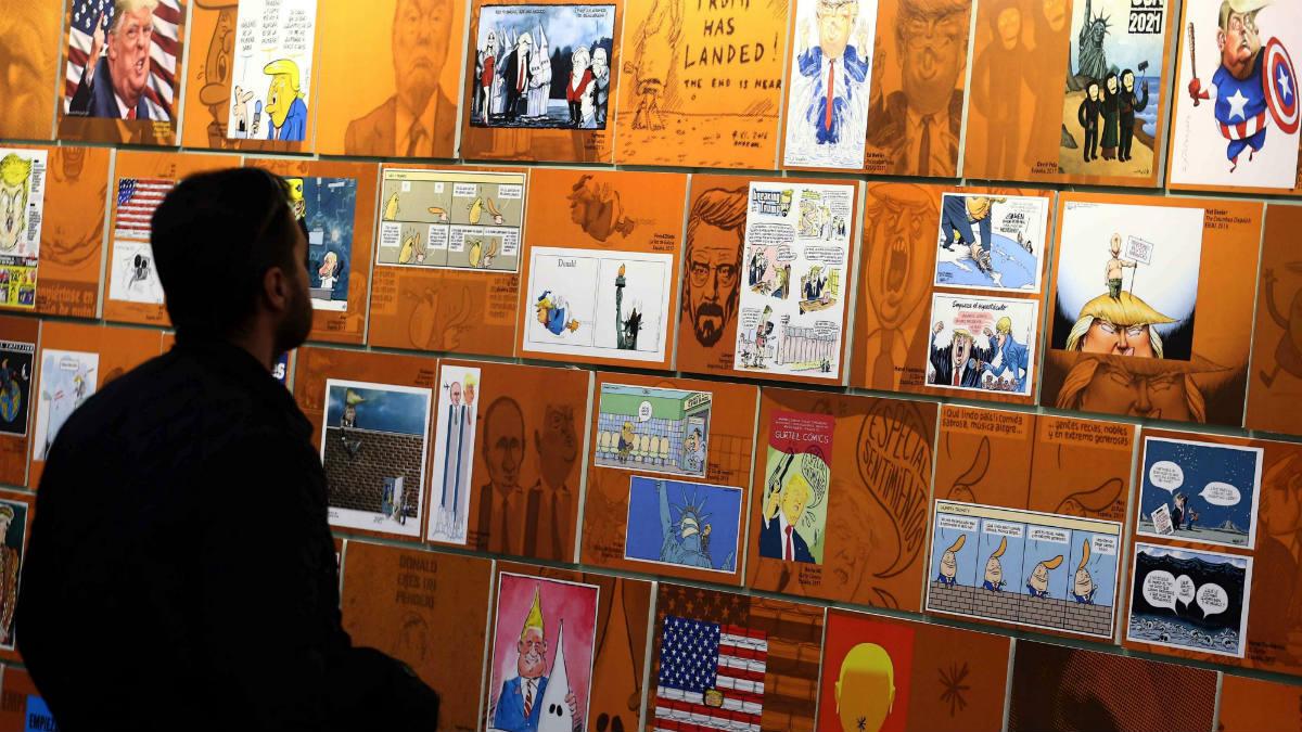 Un visitante observa varios «retratos» de Donald Trump en el Salón del Cómic de Barcelona (Foto:EFE)