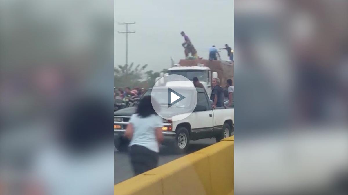 Decenas de personas saquean un camión de comida en el Estado de Carabobo.
