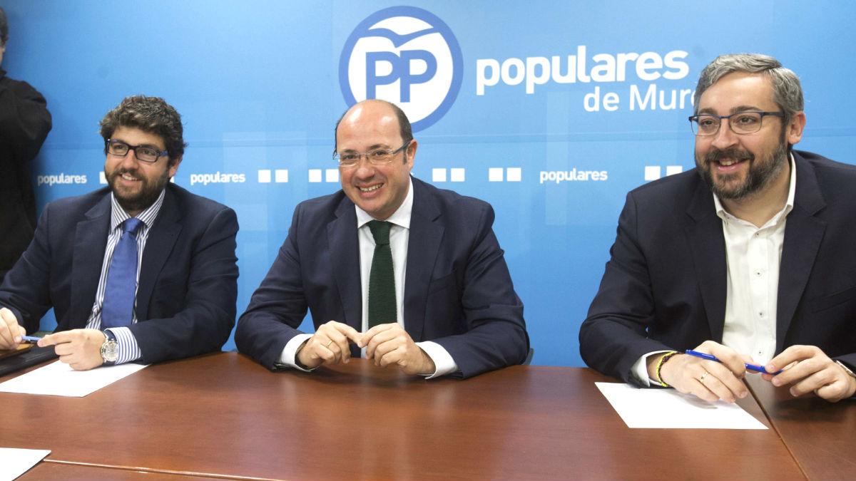 El presidente de la Región de Murcia, Pedro Antonio Sánchez (c), acompañado por el portavoz del grupo parlamentario popular en la Asamblea de Regional de Murcia, Víctor Martínez (d) (Foto: Efe)