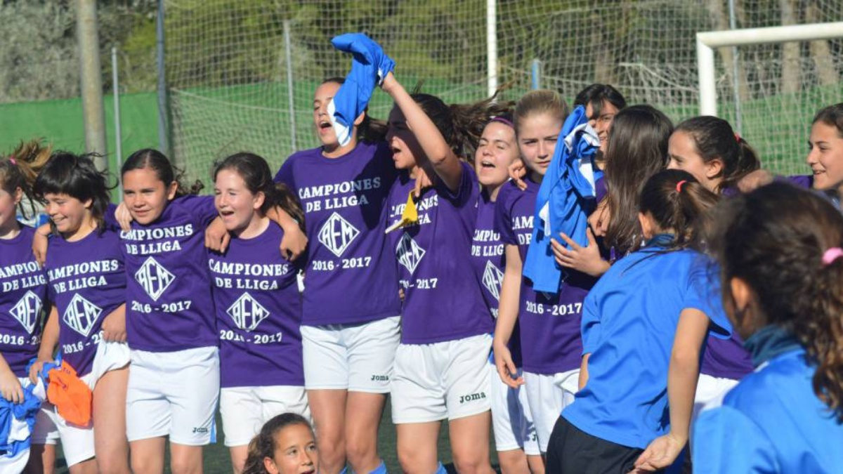 El infantil femenino del AEM Lleida celebra el título de Liga