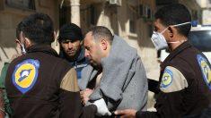 Un herido por el ataque químico en Idlib (Siria) es atendido por personal sanitario. (AFP)