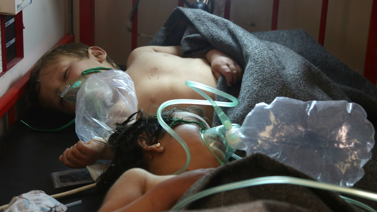 Dos menores convalecientes tras el último ataque químico en la guerra de Siria, en la provincia de Idlib. (AFP)