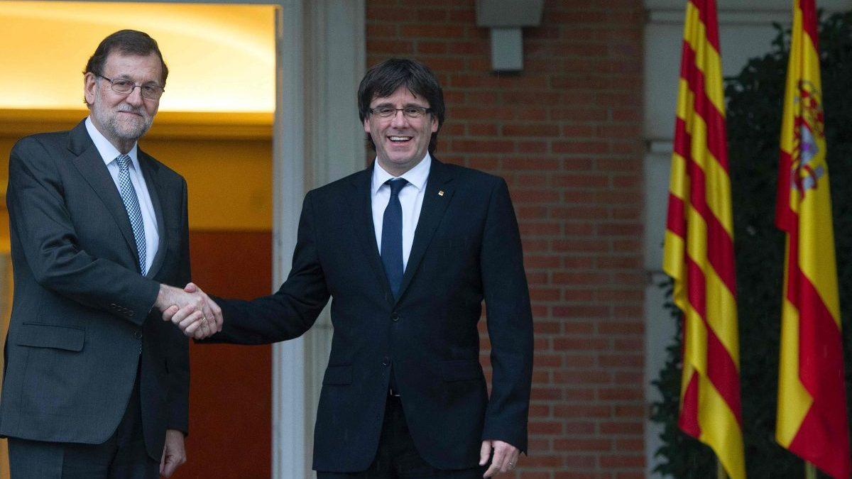 Carles Puigdemont y Mariano Rajoy juntos en una cita en Moncloa (Foto Getty)