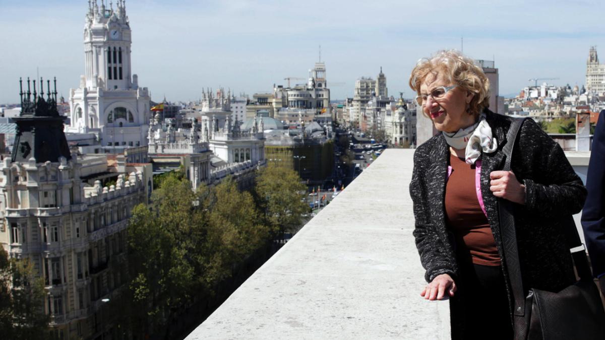 La alcaldesa Manuela Carmena con la Gran Vía y el Palacio de Cibeles a su espalda. (Foto: Madrid)