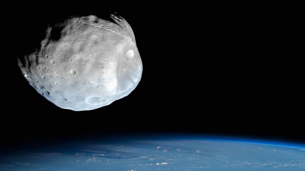 ¿Un edificio colgado de un asteroide?