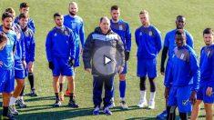 El entrenador del Eldense, junto a los jugadores en un entrenamiento.