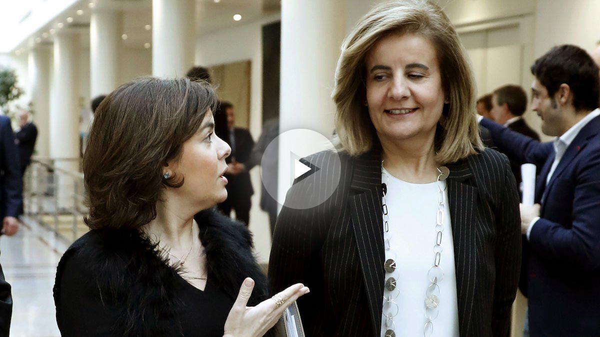 La vicepresidenta del Gobierno, Soraya Sáenz de Santamaría, con la ministra de Empleo, Fátima Báñez. (Foto: EFE)