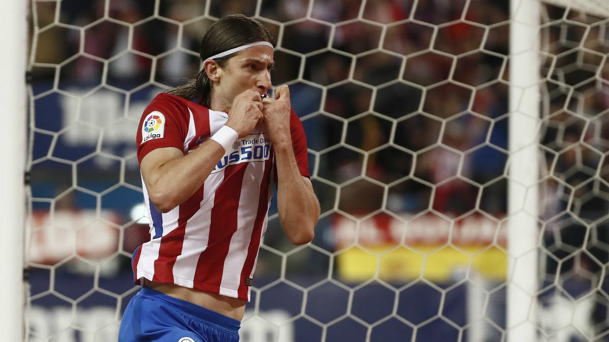 Filipe Luis se besa el escudo del Atlético de Madrid. (Foto: EFE)