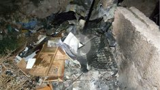 Estado en que quedó la casa cueva incendiada en Almería en la que han muerto dos niñas y un joven. (EFE)