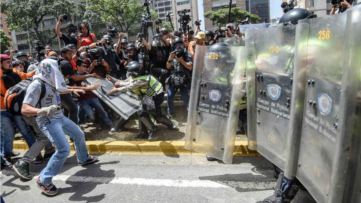 La policía reprime a los manifestantes en las calles de Caracas. (AFP)