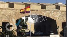Bandera republicana en la Plaza de la Constitución de Cádiz.
