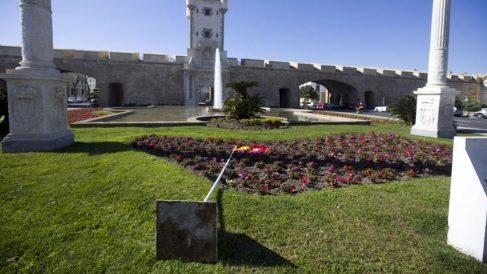 La bandera republicana por los suelos. (Foto: La Voz de Cádiz)
