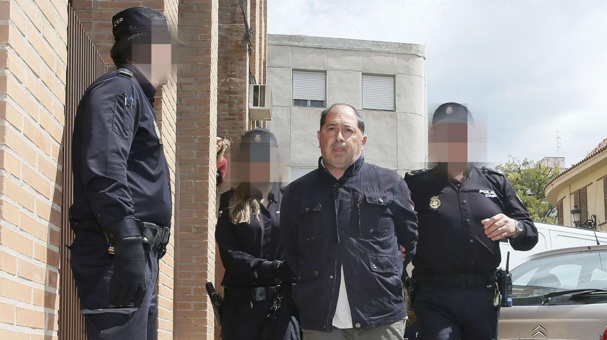 El entrenador italiano del Eldense, Filipo Di Pierro, es conducido hoy a los juzgados de Elda, donde declara por un posible delito de amaño del partido Eldense/Barcelona y en el que han sido detenidos cinco personas. EFE