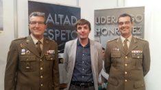 Héctor Amelló Montiú, portavoz de C's en el Ayuntamiento de Figueras, posa junto a dos mandos militares en el stand del Ejército en ExpoJove.