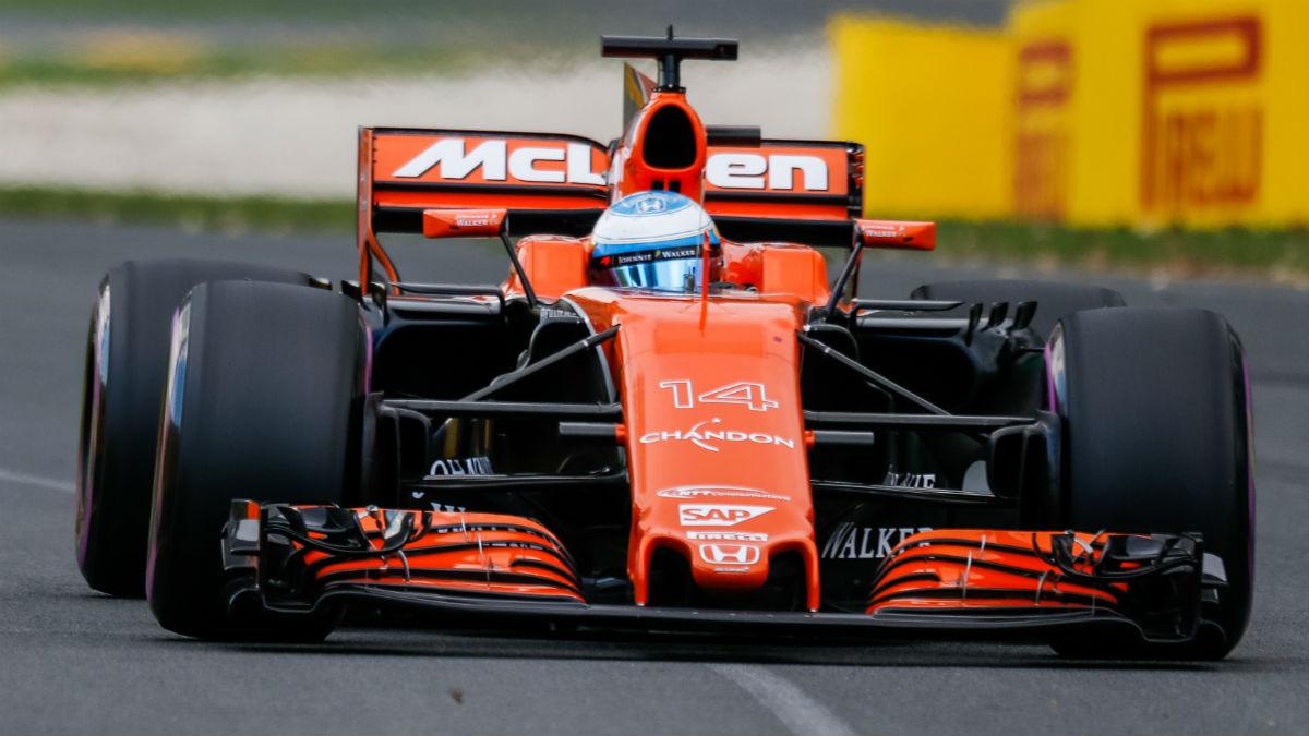 El McLaren-Honda voló sobre el circuito de Bahrein.