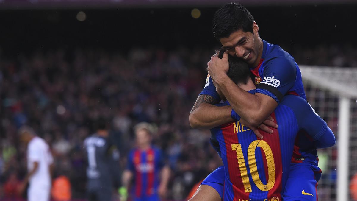 Messi y Luis Suárez se abrazan tras acabar con el Sevilla en ocho minutos. (AFP)