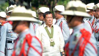 El presidente filipino, Rodrigo Duterte, pasa revista a sus tropas en su 120 aniversario, en Manila. (AFP)