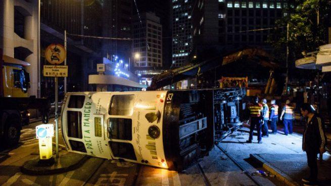 El tranvía accidentado en medio de una calle principal de Hong Kong. Foto: AFP