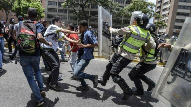 La policía de Venezuela intenta frenar una protesta de opositores al régimen de Maduro. Foto:; AFP