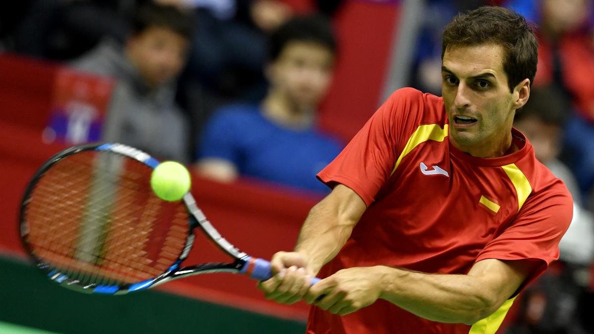 Albert Ramos devuelve una pelota en su partido frente a Djokovic. (AFP)