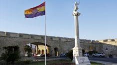 Bandera republicana en la Plaza de la Constitución de Cádiz en abril de 2017. (Foto: EFE)