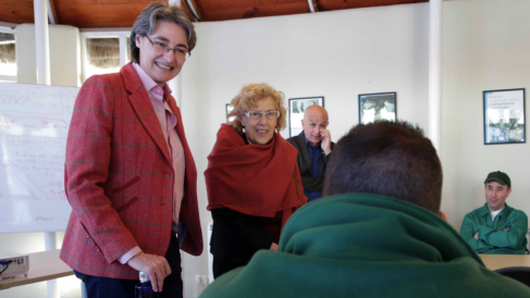 La alcaldesa, Manuela Carmena, junto a la teniente alcalde Marta Higueras durante una visita al Club de Campo. (Foto: Madrid)