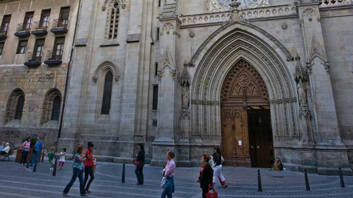 Turistas visitando la catedral de Santiago de Compostela