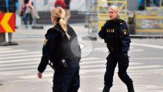 Dos policías acordonan el área del atentado en Estocolmo.
