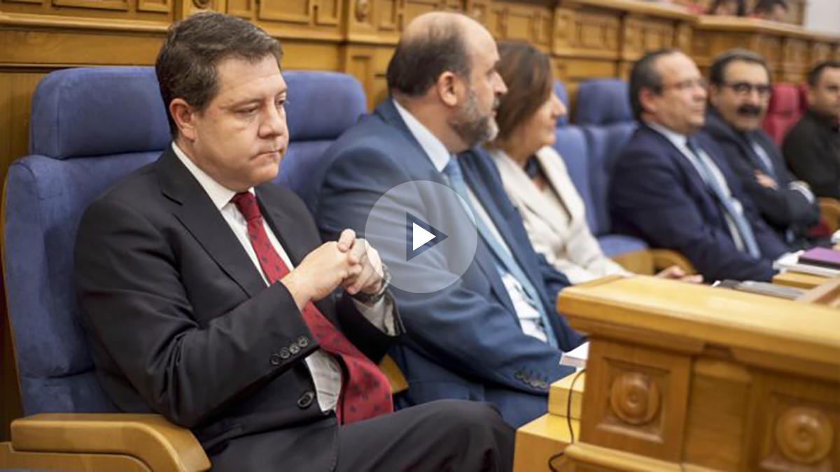 Emiliano García Page en las Cortes de Castilla-La Mancha. (Foto: EFE)