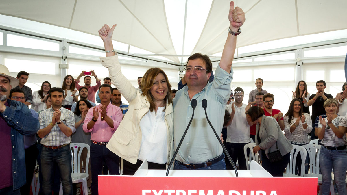 Susana Díaz y Guillermo Fernández Vara durante el acto en Mérida. (Foto: EFE)