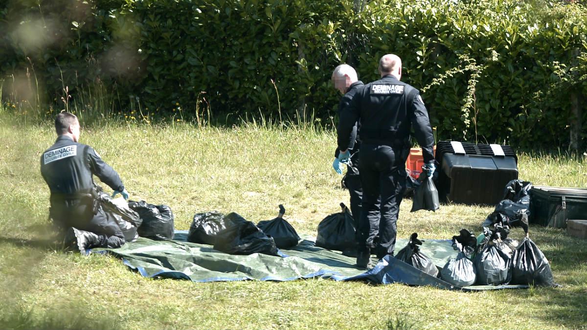 Policías franceses inspeccionan las armas  de ETA (Foto: AFP).