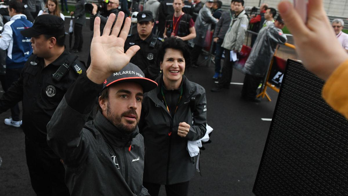 Fernando Alonso saluda a los fans en el GP de China. (AFP)