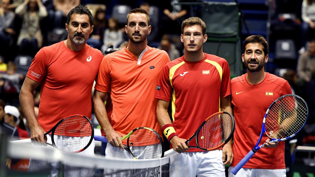 La pareja española de Copa Davis posa junto a sus rivales antes del partido. (AFP)