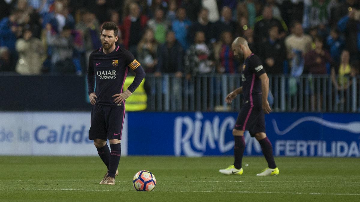 Messi, cabizbajo tras el gol del Málaga. (AFP)