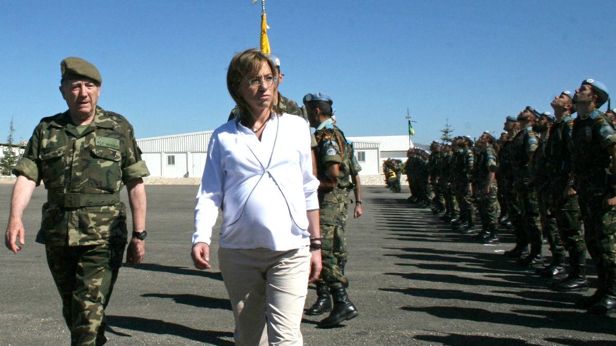 Chacón pasando revista a las tropas (Foto: AFP).