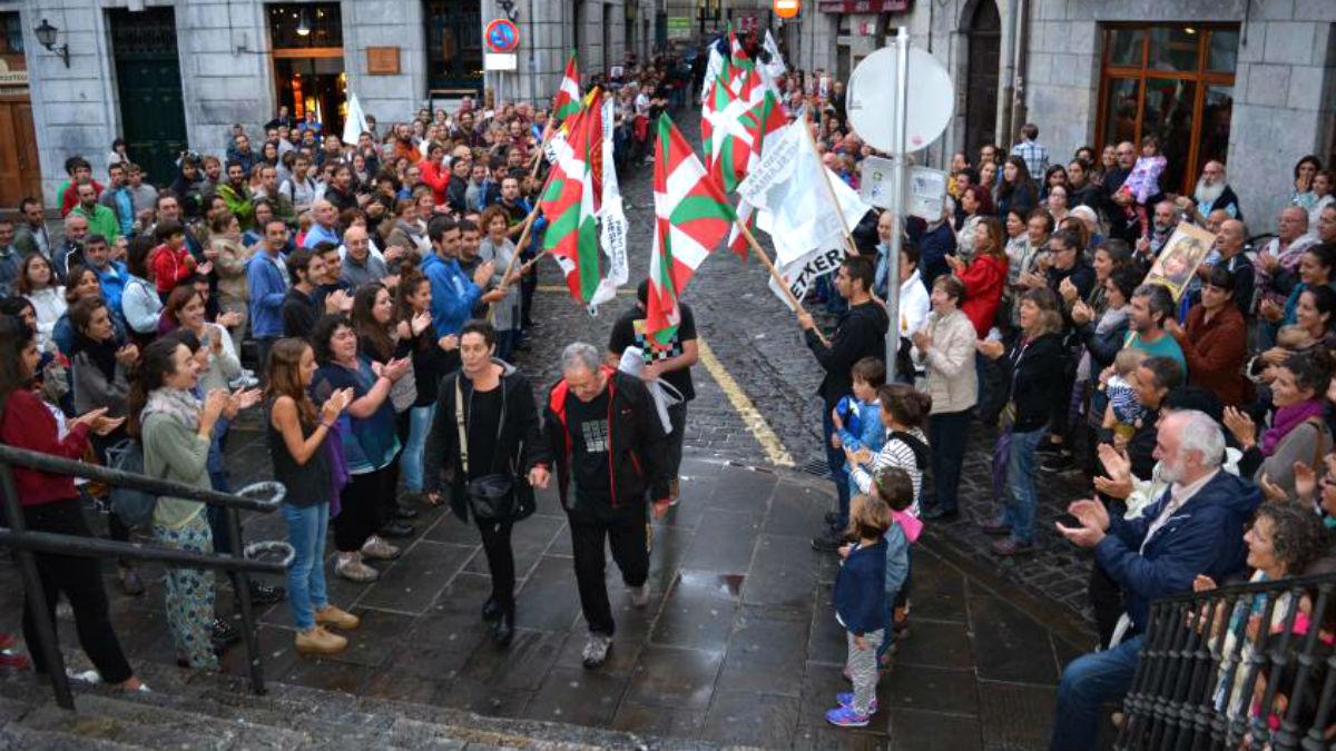 El etarra Andoni Gabiola llega a las puertas del Ayuntamiento flanqueado por dos hileras de ikurriñas.