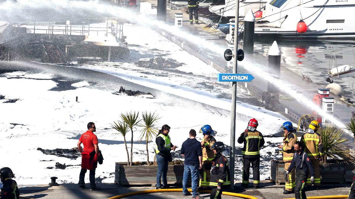 Los bomberos en el lugar del incendio (Foto: Efe).