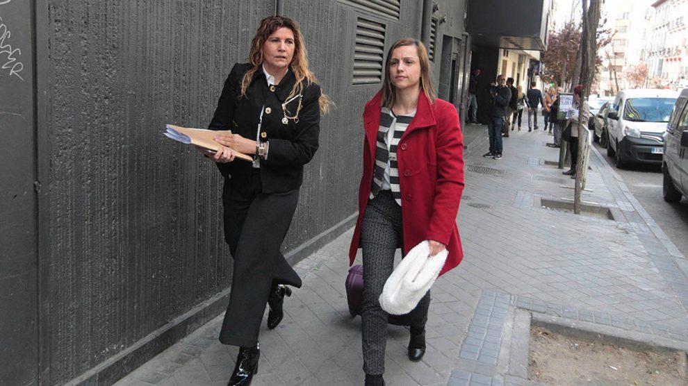 La abogada de Pablo Iglesias, Marta Flor Núñez García, a la derecha con chaqueta roja a la salida del juicio (Foto: OKDIARIO).