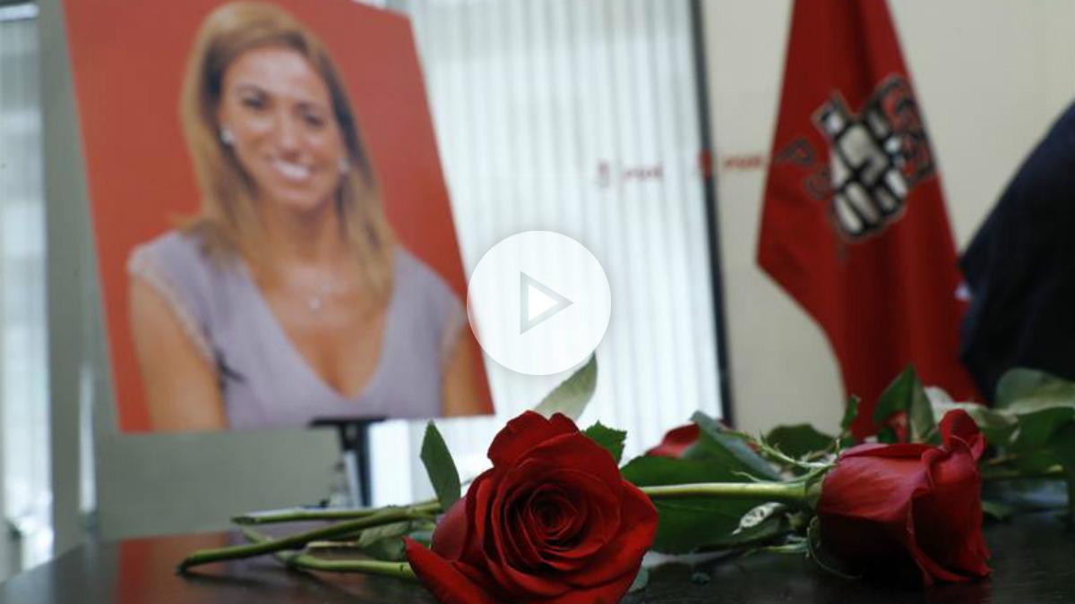 Una rosa y una fotografía de la fallecida Carme Chacón en la sede socialista de Ferraz, donde se ha instalado la capilla ardiente. Foto: EFE