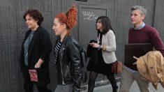 La diputada de Podemos, Gloria Elizo, a la izquierda, junto a otros letrados de la formación de Pablo Iglesias a la salida del tribunal. (Foto: OKDIARIO)