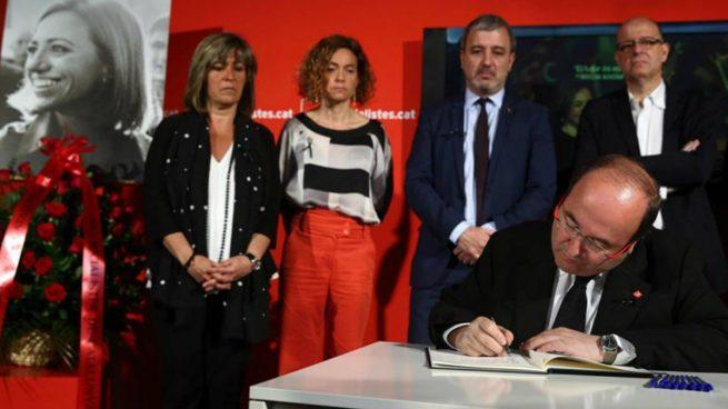 El primer secretario del PSC, Miquel Iceta, firma en el libro de condolencias instalado en la sede del PSC en Barcelona en memoria de la exministra socialista Carme Chacón. Foto: EFE