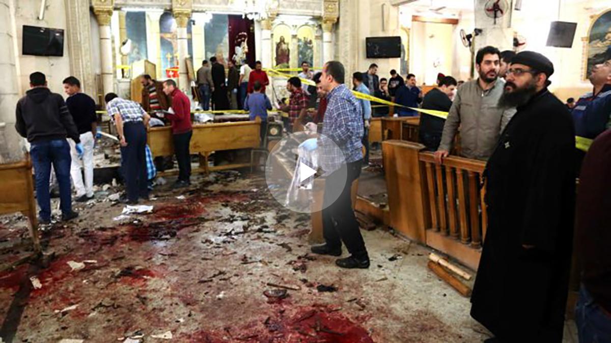 Interior de la iglesia de Tanta donde se produjo el primer atentado (Foto: AFP).