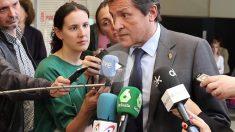 El presidente de la gestora del PSOE, Javier Fernández, rinde homenaje a la fallecida Carme Chacón