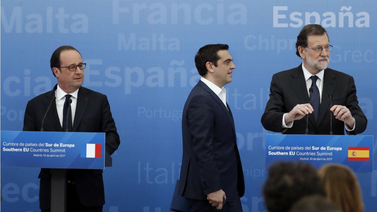 Rajoy con Hollande y Tsipras. (Foto: EFE)