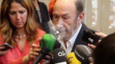 El ex secretario general del PSOE, Alfredo Pérez Rubalcaba, afectado por la muerte de Carme Chacón