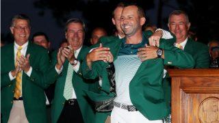 Sergio Garcia se pone la chaqueta verde que le acredita como campeón del Masters de Augusta. (Getty)